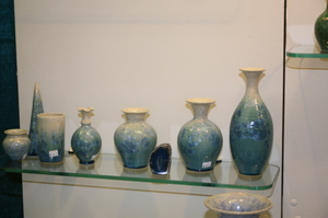 Blue_vases_in_a_row